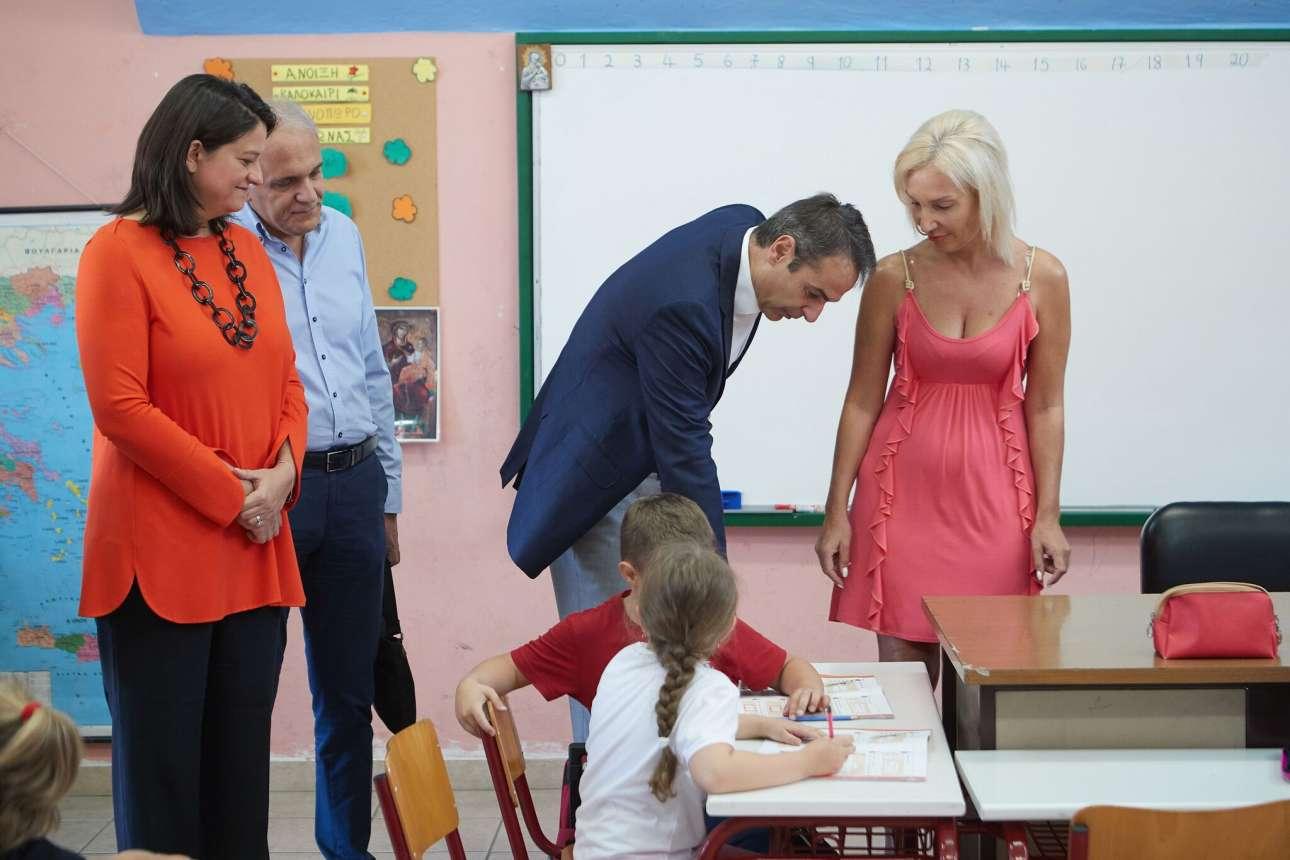 Ο Κυριάκος Μητσοτάκης και η Τομεάρχης Παιδείας της ΝΔ Νίκη Κεραμέως κατά την επίσκεψη στο 2ο Δημοτικό Σχολείο Αγίου Δημητρίου
