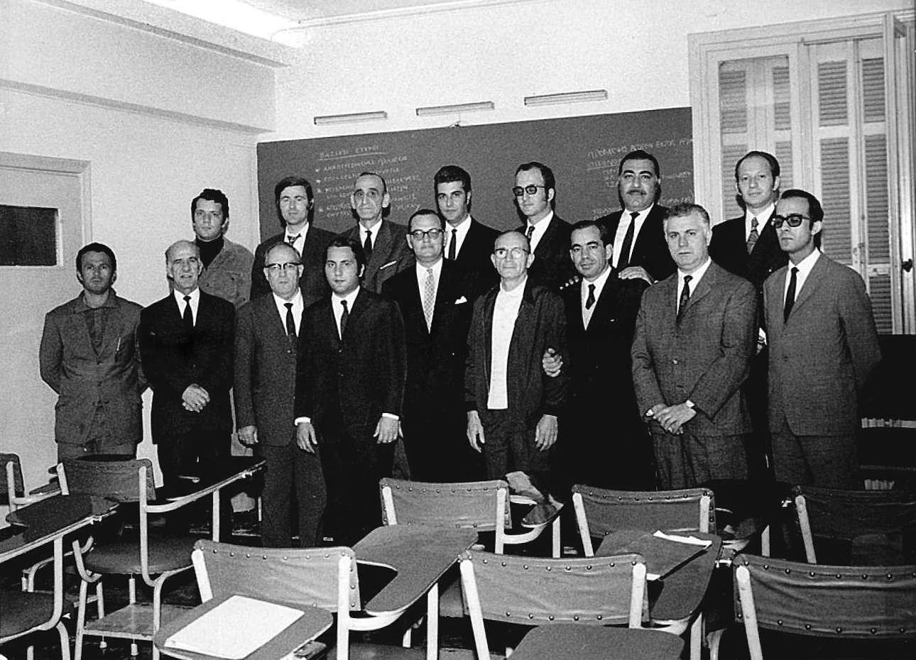 Επιμορφωτικό σεμινάριο για τα στελέχη της επιχείρησης, δεκαετία του 70. Πάνω, ο Παύλος Θανόπουλος (πρώτος) και ο Λευτέρης (τέταρτος)