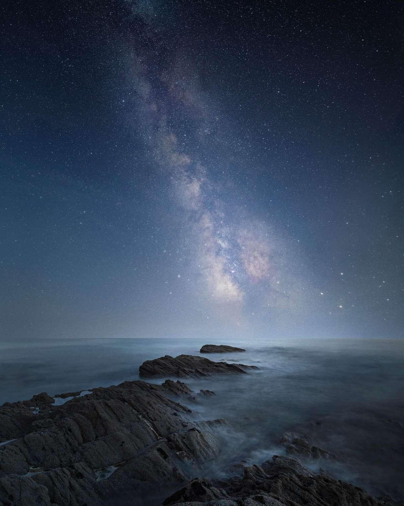 «Γαλαξιακό». Επαινος, κατηγορία «Θέα από την ακτή». Ενας ουρανός γεμάτος αστέρια φωτίζει τη θάλασσα
