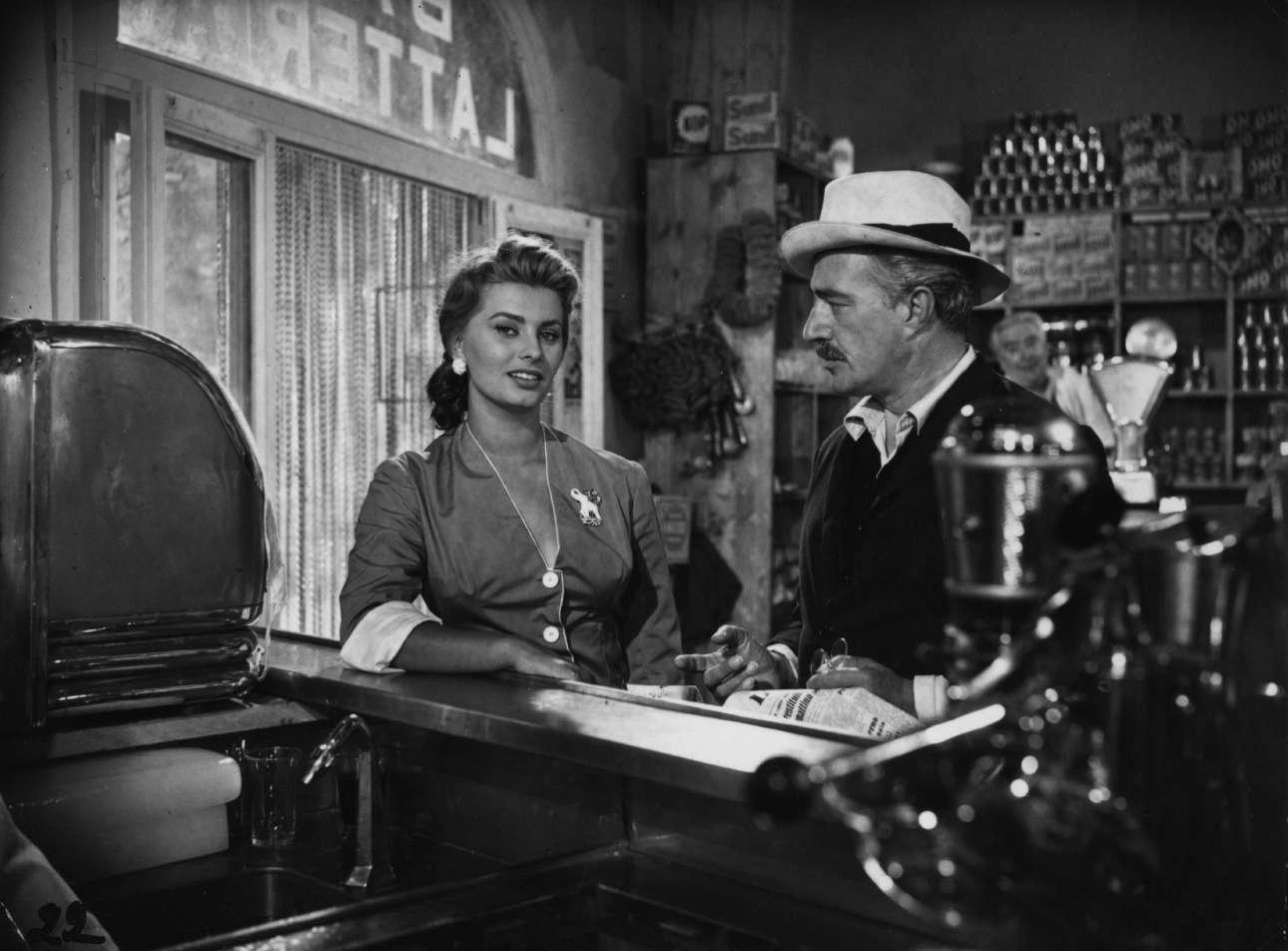 Δεκαετία του 1950, η πρώτη νιότη. Η Σοφία Λόρεν στο μπαρ, με τον Βιτόριο ντε Σίκα