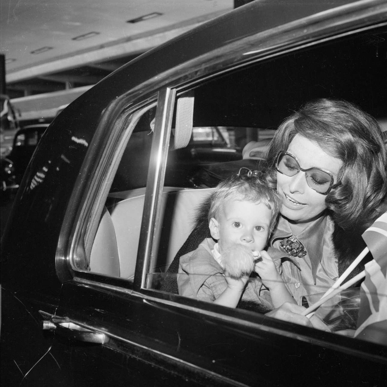 Ιούνιος 1974, Λονδίνο. Η Λόρεν με τον μικρότερο γιο της Εντουάρντο Πόντι, καρπό του γάμου της με τον σκηνοθέτη Κάρλο Πόντι