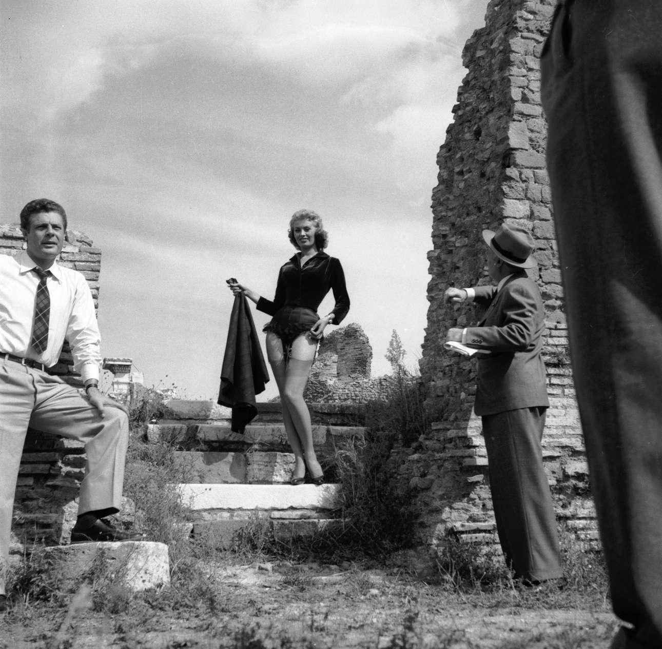 H Λόρεν σε ένα ιδιότυπο στριπτίζ εν μέσω αρχαιοτήτων στα γυρίσματα του φιλμ «La fortuna di essere donna» (1956), φιλμ που στην Ελλάδα παίχτηκε με τον τίτλο «Ευτυχώς που είμαι γυναίκα». Ευτυχώς που ήσουν η Λόρεν, να προσθέσουμε εμείς