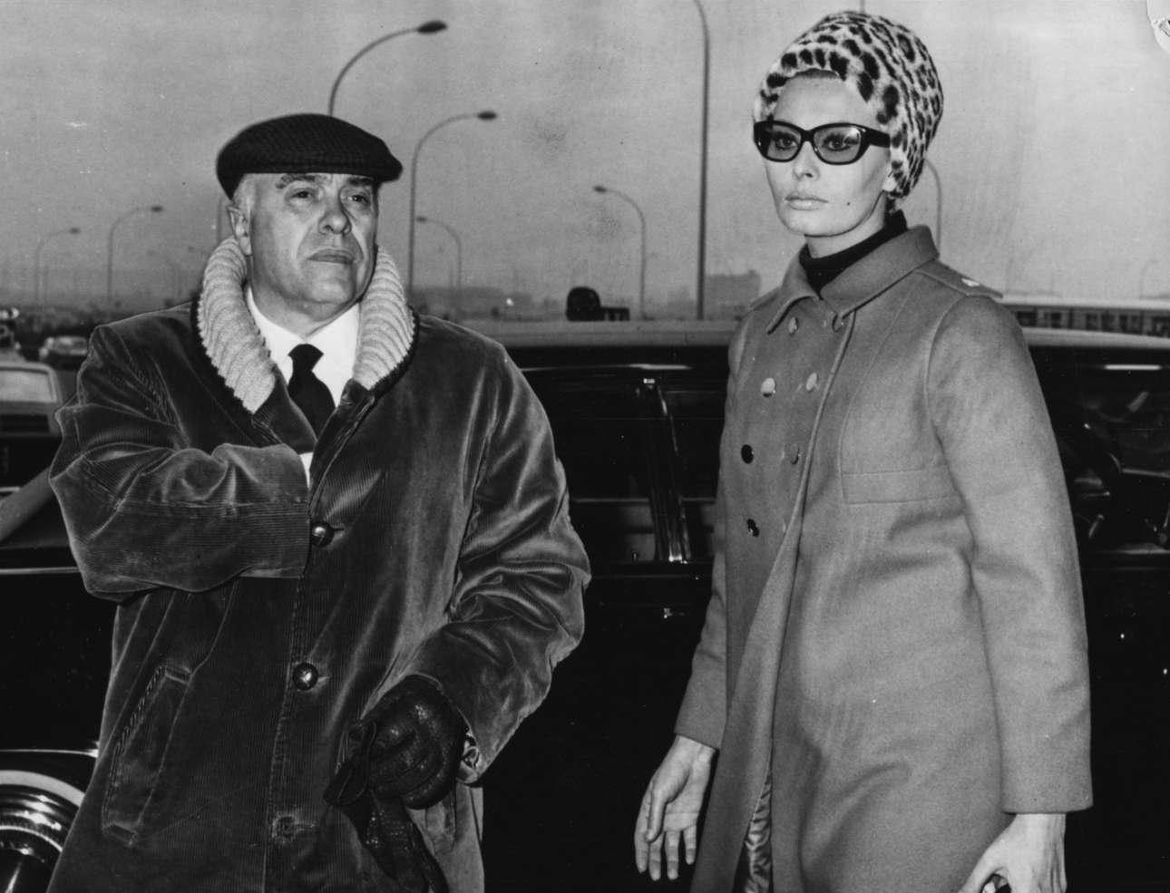 Πάντως αυτός που την είχε στο κρεβάτι του ήταν ο Κάρλο Πόντι. Εδώ τo 1967 στο Φιουμιντσίνο της Ρώμης, η Λόρεν με τον Πόντι, στη δεύτερη περίοδο του γάμου τους