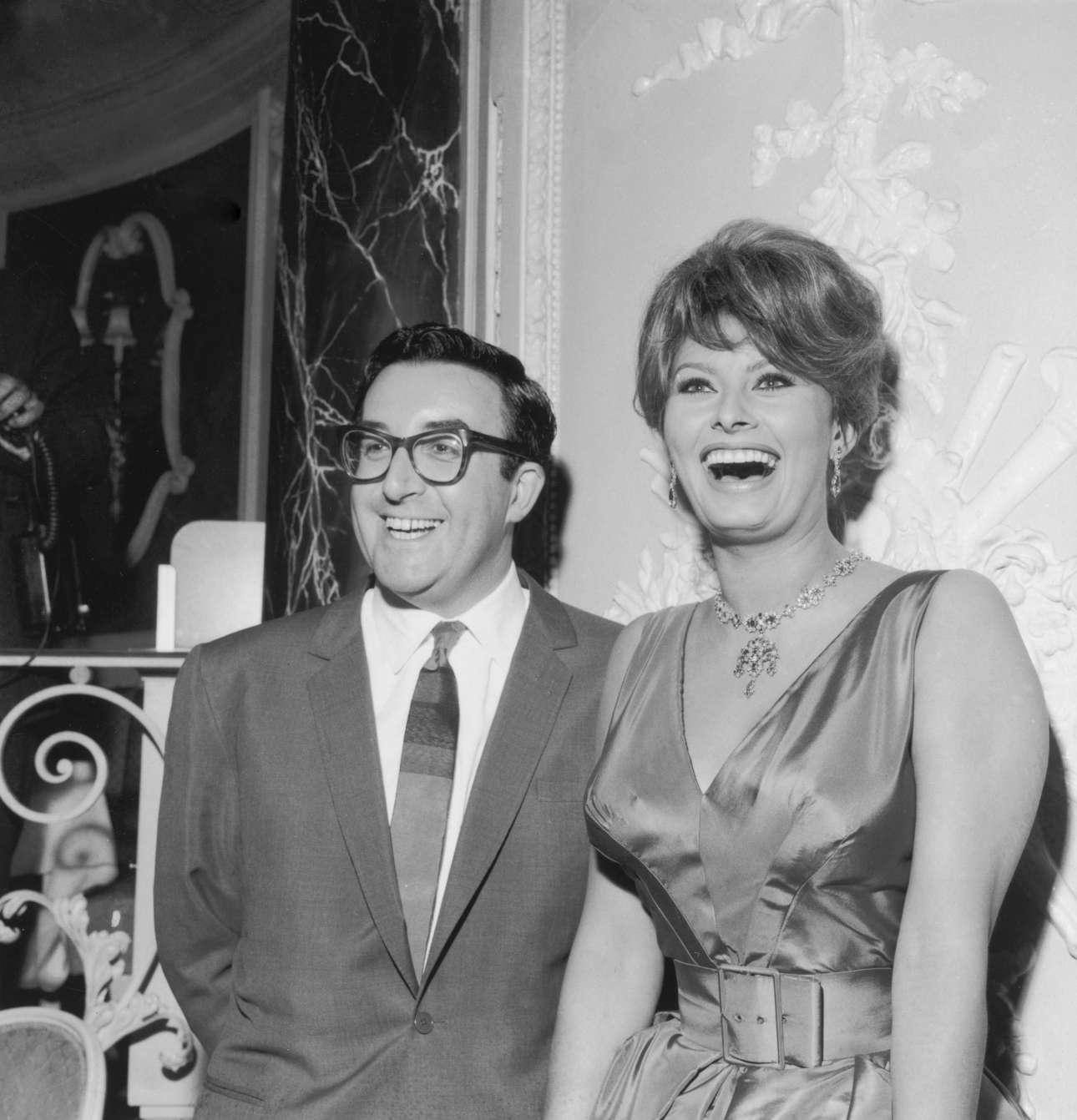 Στο Λονδίνο το 1960, με τον Πίτερ Σέλερς κατά την ανακοίνωση των γυρισμάτων της ταινίας «Η Εκατομμυριούχος», μια κινηματογραφική διασκευή του θεατρικού του Τζορτζ Μπέρναρ Σο