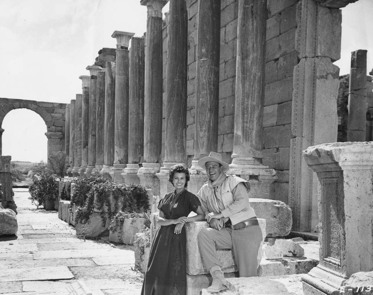 Ρώμη, 1957. Με τον Τζον Γουέιν μέσα στις αρχαιότητες στα γυρίσματα της ερωτικής περιπέτειας «Ο δρόμος των χαμένων εραστών»