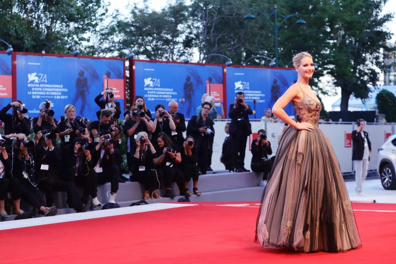 Τρίτη, 5 Σεπτεμβρίου. Τα φλας των φωτογράφων παίρνουν φωτιά τη στιγμή που η Τζένιφερ Λόρενς ποζάρει στο κόκκινο χαλί. Ολα αυτά στο φεστιβάλ κινηματογράφου της Βενετίας και στην πρεμιέρα της ταινίας «Mother» που έχει σκηνοθετήσει ο Ντάρεν Αρονόφσκι και πρωταγωνιστεί η Λόρενς