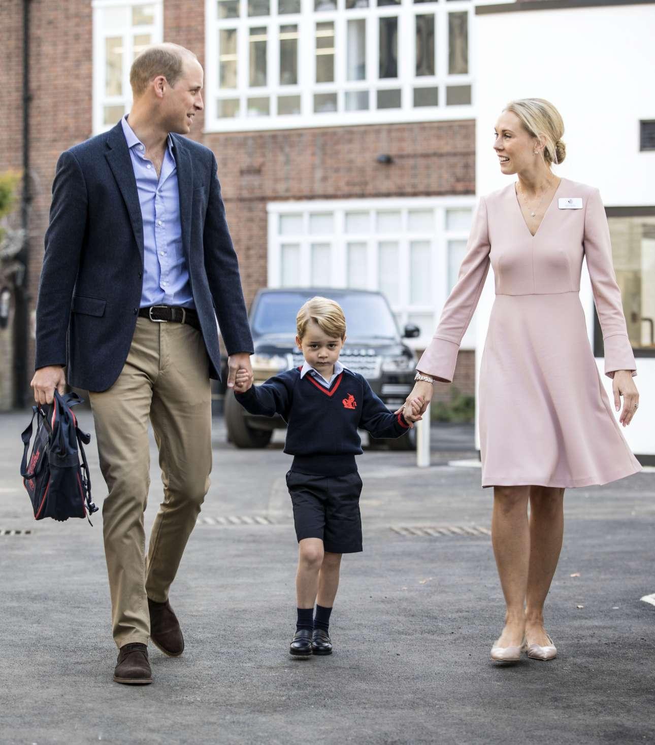 Πέμπτη, 7 Σεπτεμβρίου. Ακόμα και οι πρίγκιπες έχουν αυτήν την έκφραση την πρώτη ημέρα του σχολείου. Στην εικόνα, ο πρίγκιπας Τζόρτζ χέρι-χέρι με τον πατέρα του στην πρώτη μέρα στο σχολείο