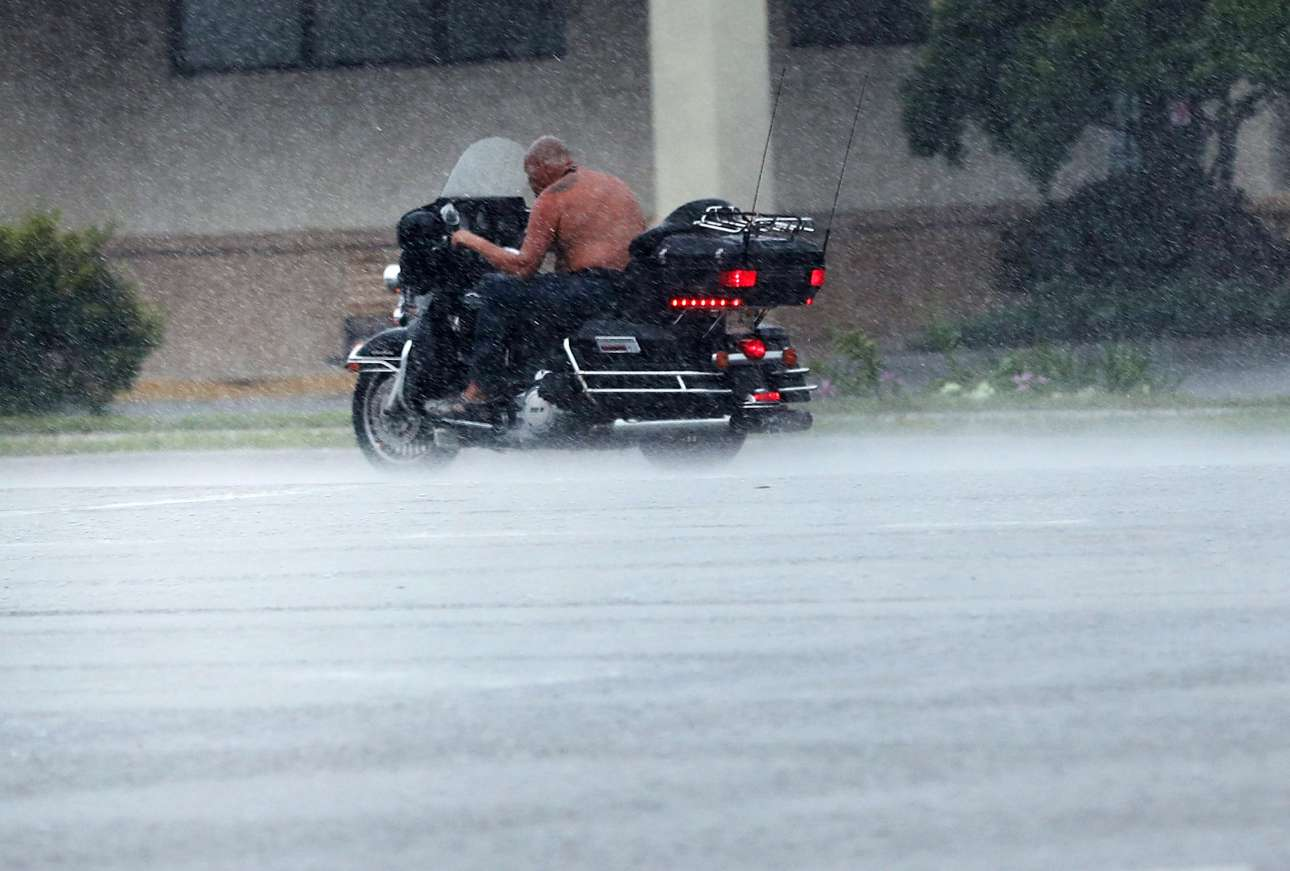 Born to be wild. Ενας θαρραλέος άνδρας οδηγεί την μηχανή του μέσα στην καταιγίδα στην βορειοδυτική Φλόριντα. Και λογικά, επειδή αυτό του ήταν ιδιαίτερα απλό, αποφάσισε να οδηγήσει χωρίς καν να φορά τη μπλούζα του