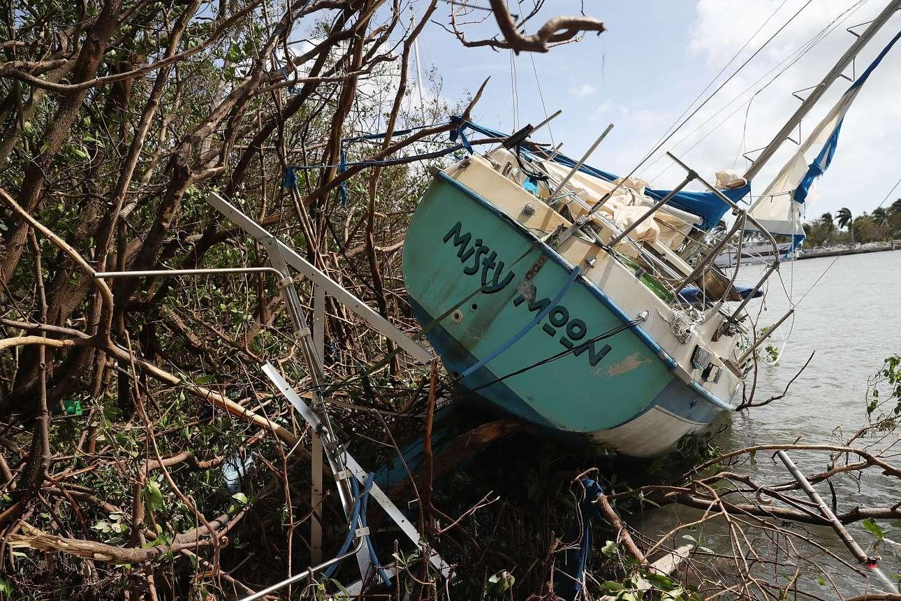 Μία από τις βάρκες που βρέθηκαν μακριά από το σημείο που είχαν αγκυροβολήσει στις μικρές και μεγάλες μαρίνες του Μαϊάμι