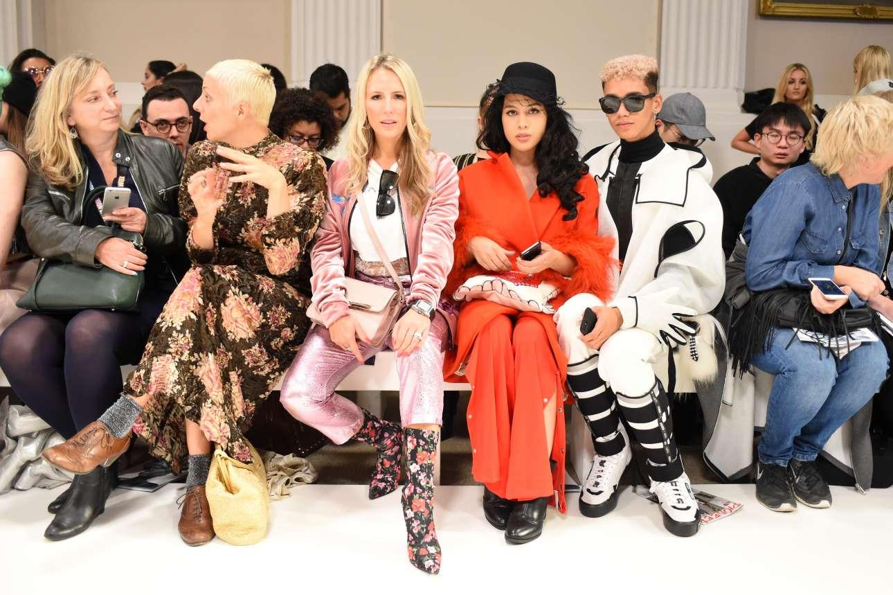 Οι θεατές των επιδείξεων μόδας δεν περνάνε ποτέ απαρατήρητοι, αφού παρουσιάζουν την αγάπη τους για τη μόδα μέσα από ρηξικέλευθα σύνολα.