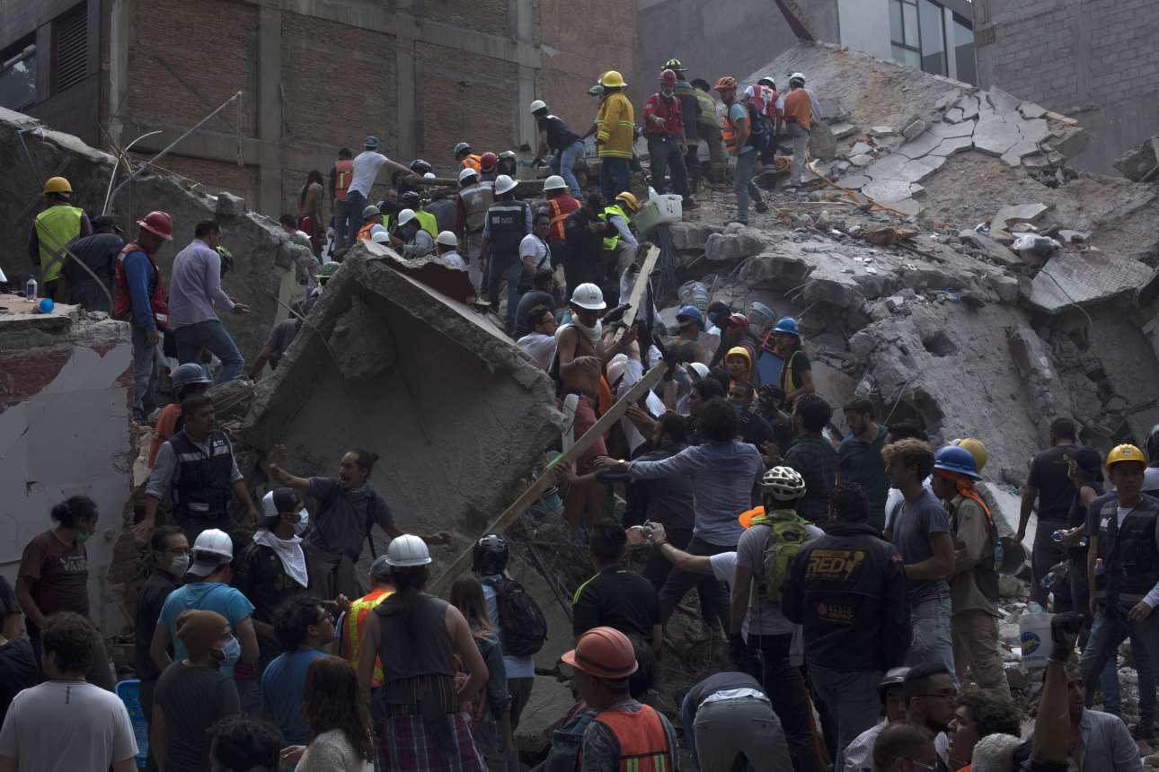 Τρίτη, 19 Σεπτεμβρίου. Η μάχη με τα συντρίμμια στην Πόλη του Μεξικού μετά το χτύπημα των 7,1 Ρίχτερ. Εκατοντάδες άνθρωποι έχασαν την ζωή τους ενώ οι κάτοικοι προσπάθησαν να βοηθήσουν με κάθε τρόπο τα σωστικά συνεργεία