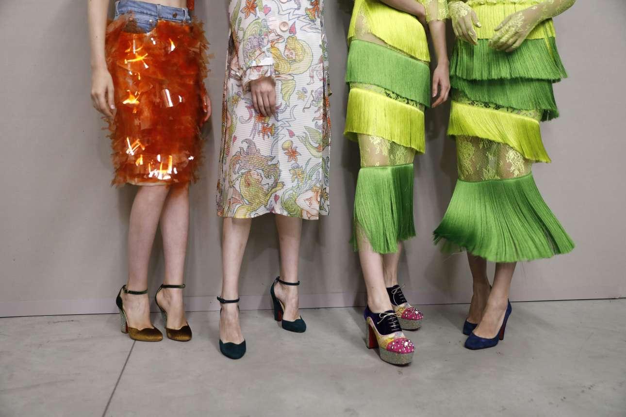 Έμφαση στο θηλυκό ντύσιμο με αεράτες φούστες και ψηλοτάκουνα υποδήματα πρότεινε η σχεδιάστρια Daisy Shely