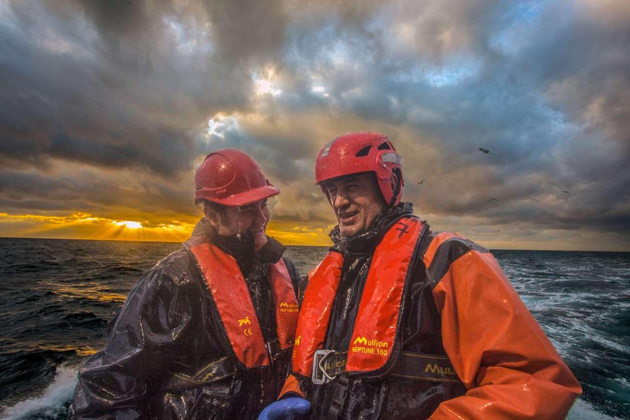 «Επιστροφή στο σπίτι». Πρώτο βραβείο, κατηγορία «Δουλεύοντας στη θάλασσα». Μία ημέρα δουλειάς ψαρεύοντας σκουμπρί έχει φτάσει στο τέλος της για τους δύο χαμογελαστούς και βρεγμένους άνδρες της φωτογραφίας