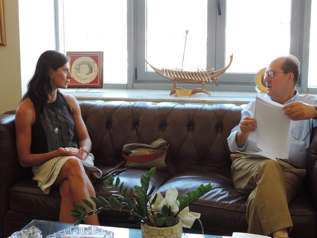 Στιγμιότυπο από τη συνάντηση του δημάρχου Καλαμάτας με τη Λίντα Καπετανέα