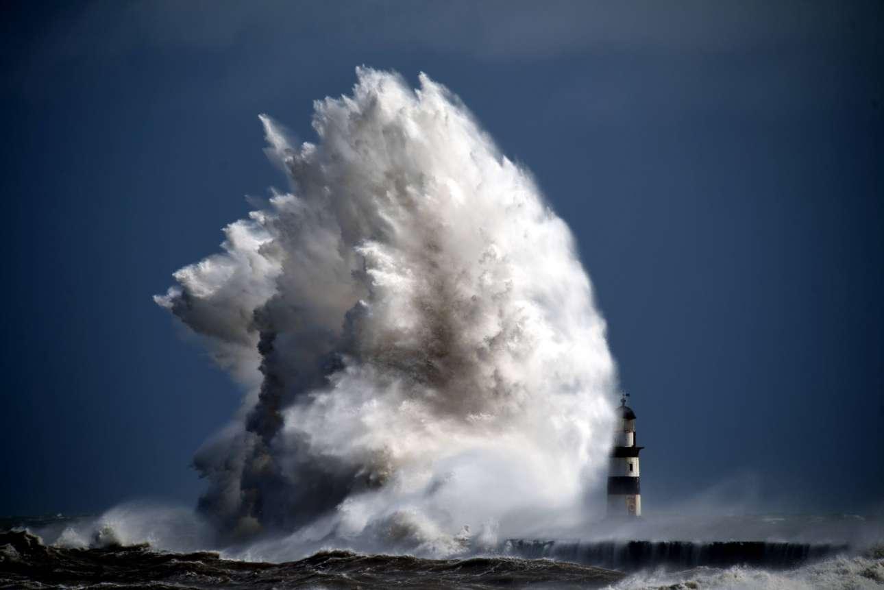 Ενα γιγαντιαίο κύμα «καταβροχθίζει» τον φάρο Σίχαμ, στην βορειοανατολική ακτή της Βρετανίας
