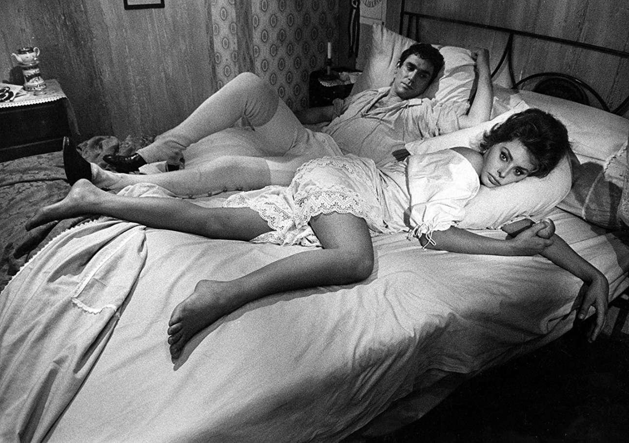 Ποιος δεν ήθελε να δει τη Σοφία Λόρεν στο κρεβάτι; Το 1961η Λόρεν με τον Ρομπέρ Οσέν στο «Η Κυρία δεν με μέλλει»