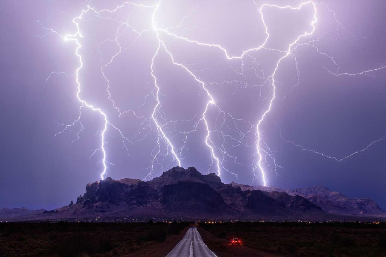 «Σούπερ Χτύπημα», πρώτο βραβείο. Kεραυνοί πάνω από τα βουνά Superstition στην Αριζόνα των ΗΠΑ, σε μία επιβλητική εικόνα