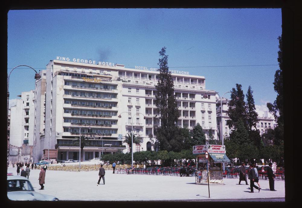 Η πλατεία Συντάγματος μπροστά από τα γνωστά ξενοδοχεία, γεμάτη με τραπεζάκια