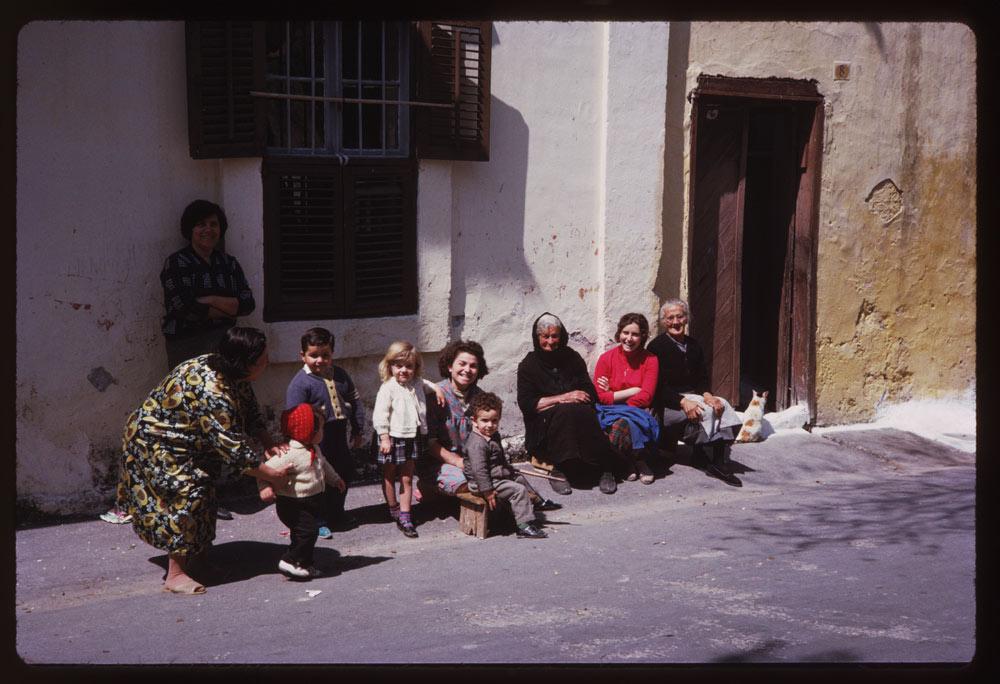 Τα «κοινωνικά δίκτυα» της εποχής... Γυναίκες όλων των ηλικιών και παιδιά σχολιάζουν, διασκεδάζουν και παρατηρούν σε ένα σοκάκι της Ρόδου
