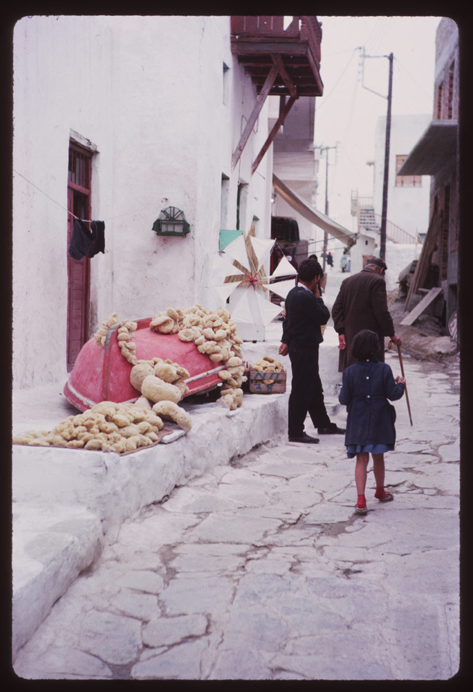 Σφουγγάρια προς πώληση σε στενό της Μυκόνου
