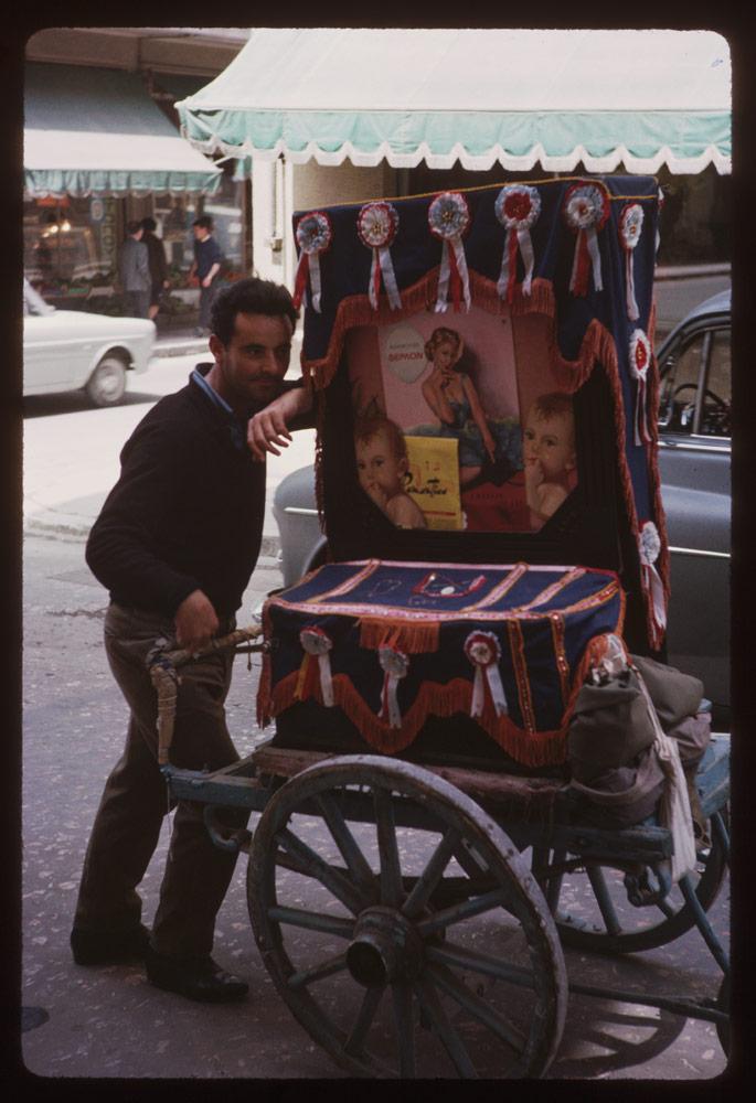 Η αγαπημένη λατέρνα «ντυμένη» με κορδέλες και διαφημίσεις της εποχής, στην περιοχή του Λυκαβηττού