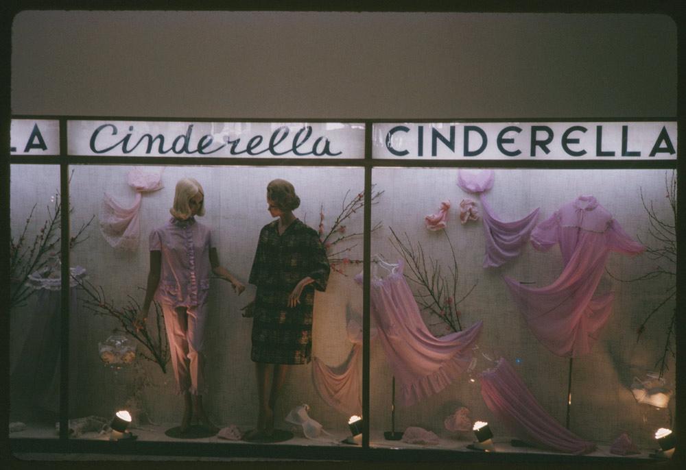 Η ρομαντική βιτρίνα του καταστήματος «Cinderella» (Σταχτοπούτα), στο κέντρο της Αθήνας