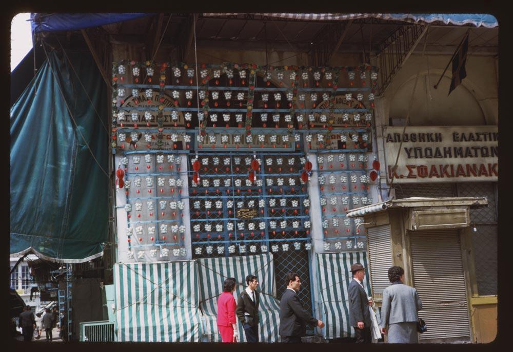 Μία παράξενη διακόσμηση σε μαγαζί στην Αθηνάς... καλάθια με αυγά κρεμασμένα από παντού