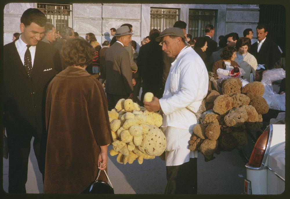 Ενας σφουγγαράς προσπαθεί να πουλήσει την πραμάτεια του σε περαστικούς στην οδό Αιόλου