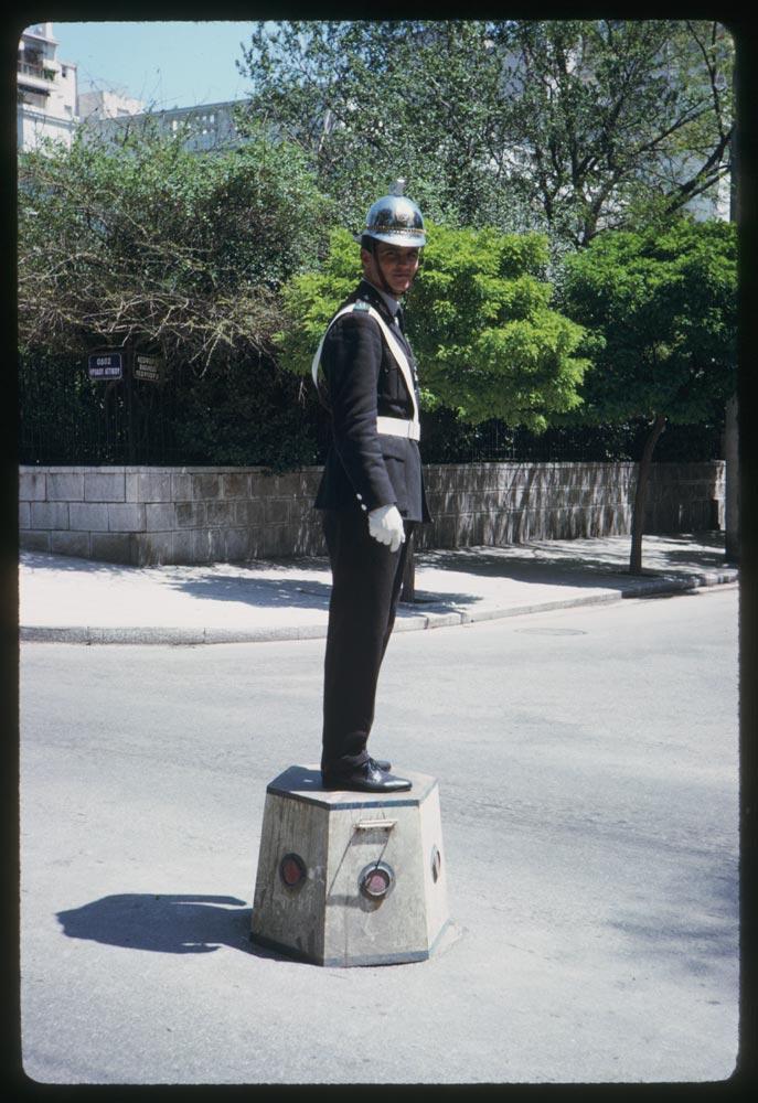 Τροχονόμος  στην οδό Ηρώδου του Αττικού, στο ύψος του Μεγάρου και των τότε Ανακτόρων, σημερινού Προεδρικού Μεγάρου