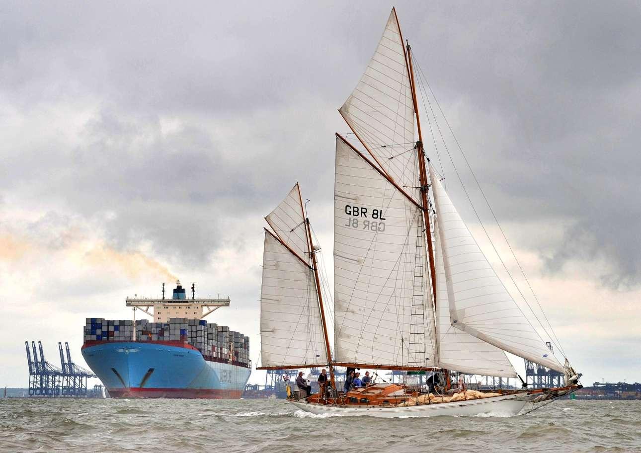 «Δύναμη και και ιστιοπλοΐα». Επαινος, κατηγορία «Πλοία και ναυάγια». Ενα ελαφρύ ιστιοφόρο διασχίζει την θάλασσα μπροστά από ένα φορτωμένο δεξαμενόπλοιο