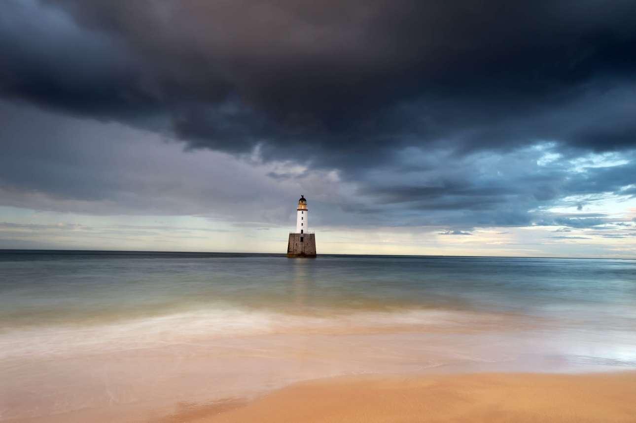Επαινος, κατηγορία «Θέα από την ακτή». Ενας ακόμη γραφικός φάρος στην Σκωτία, κάτω από πυκνά, μαύρα σύννεφα
