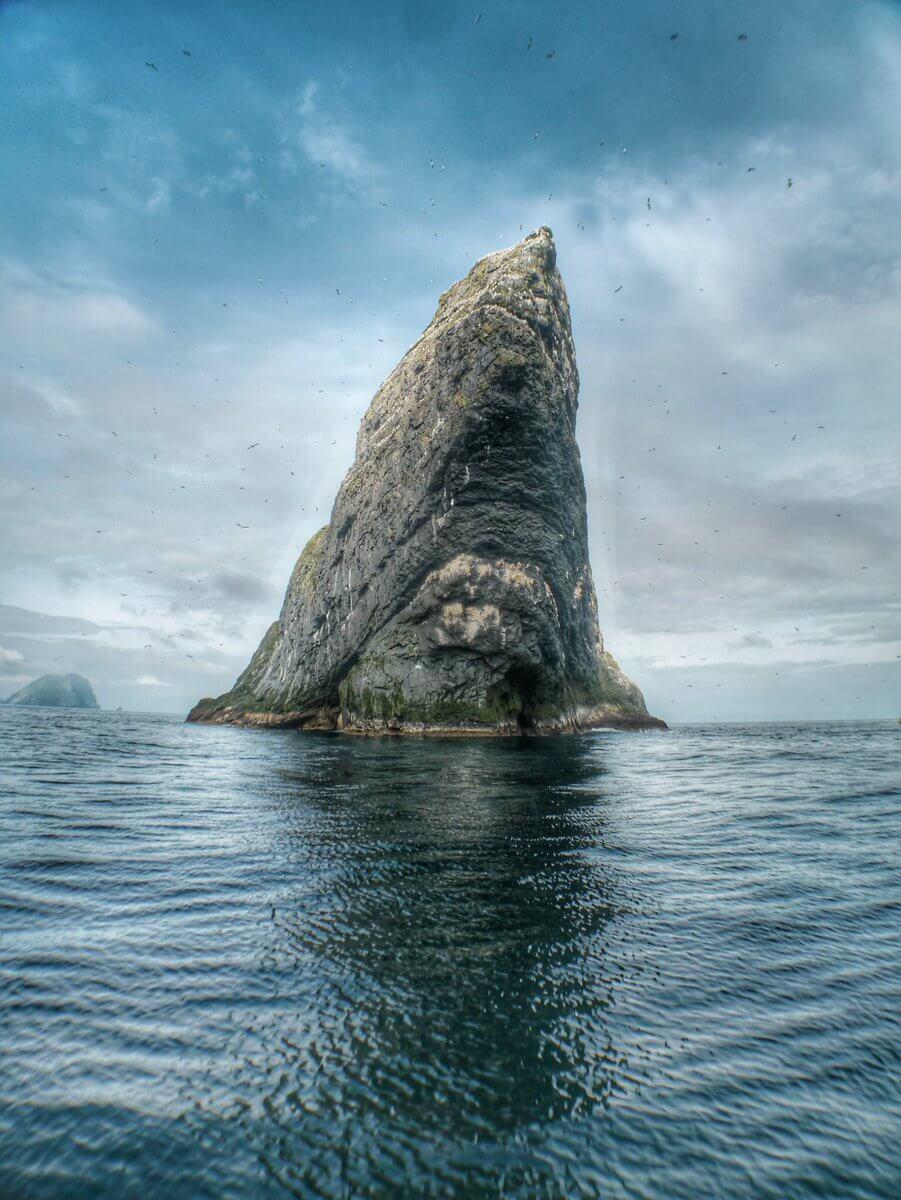 Πρώτο βραβείο, κατηγορία «Θέα από την ακτή». Οι βράχοι του Σεντ Κίλντα στον Ατλαντικό, ένα μνημείο παγκόσμιας κληρονομιάς, το οποίο φιλοξενεί την σηματικότερη αποικία θαλασσοπουλιών στην Ευρώπη