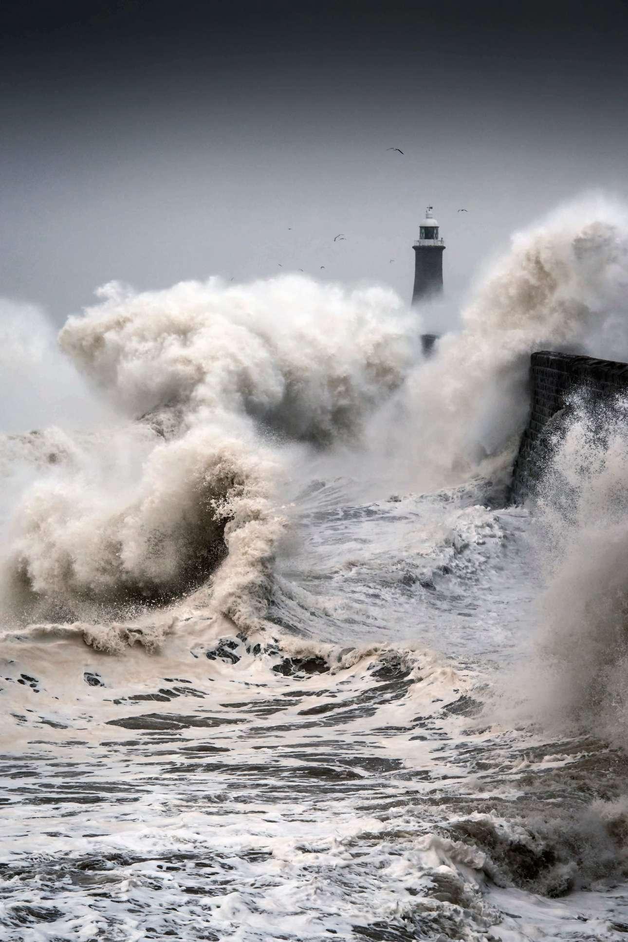 Επαινος, κατηγορία «Θέα από την ακτή». Οι φάροι πρωταγωνίστησαν στον φετινό διαγωνισμό «Ultimate sea view». Στην παραπάνω φωτογραφία, γιγαντιαία κύματα σκάνε πάνω στον φάρο του Τάινμουθ