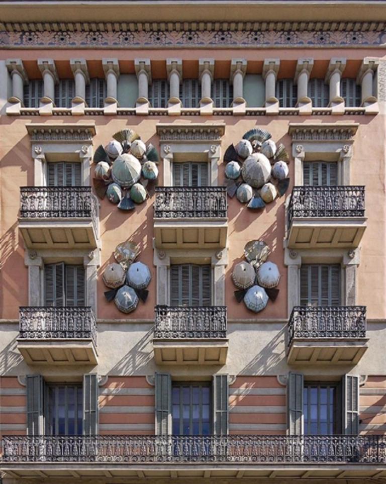 Το κτίριο Casa Bruno Cuadros με την περίτεχνη διακόσμηση. Παλαιότερα στέγαζε ένα κατάστημα ομπρελών, σήμερα λειτουργεί μία τράπεζα στο ισόγειο