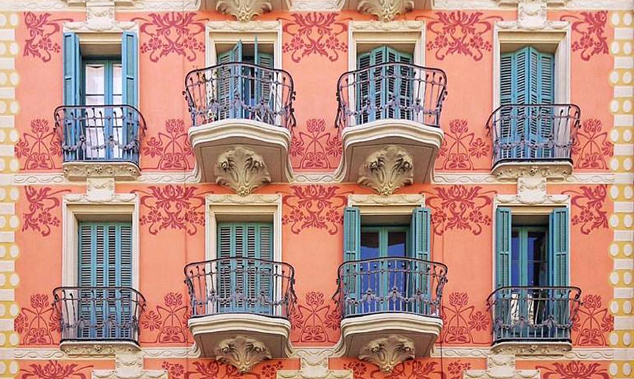 Εντονα χρώματα, περίτεχνα, καμπυλωτά κάγκελα και ζωγραφισμένα λουλούδια στους τοίχους του κτιρίου Casa Josep Creus Aymerich, το οποίο χρονολογείται στο 1914