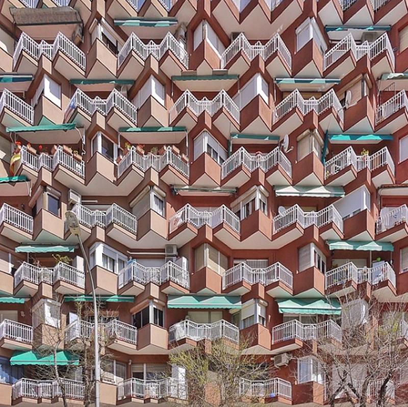 Ψυχεδελικά μοτίβα και σχήματα σε κτίριο κοντά στο λιμάνι της Βαρκελώνης