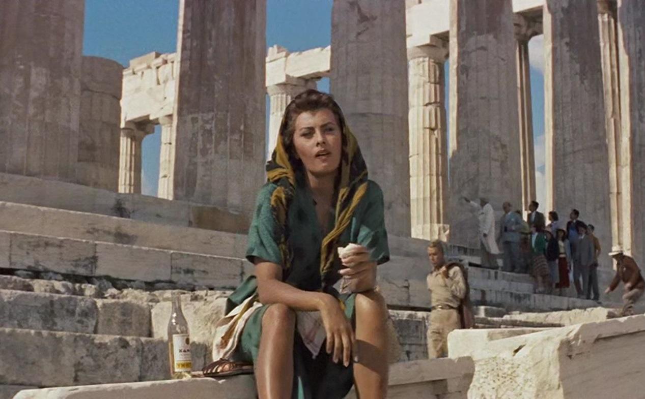 Αθήνα, 1957. Παίζοντας τη Φαίδρα στο «Παιδί και το Δελφίνι», η Λόρεν διαφημίζει παγκοσμίως τον Παρθενώνα και την Ελλάδα