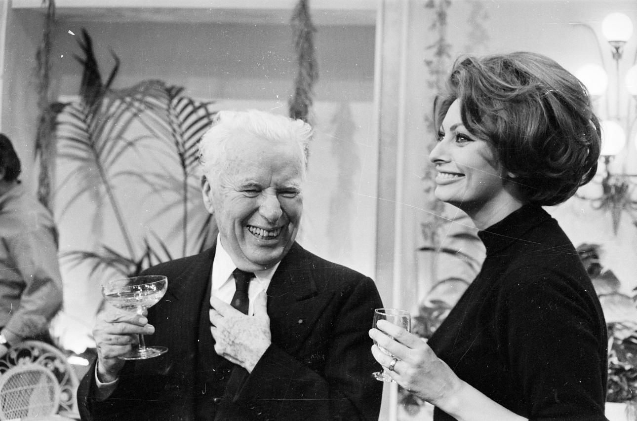 Το 1966 στο Λονδίνο, σε πάρτι γενεθλίων του Τσάρλι Τσάπλιν