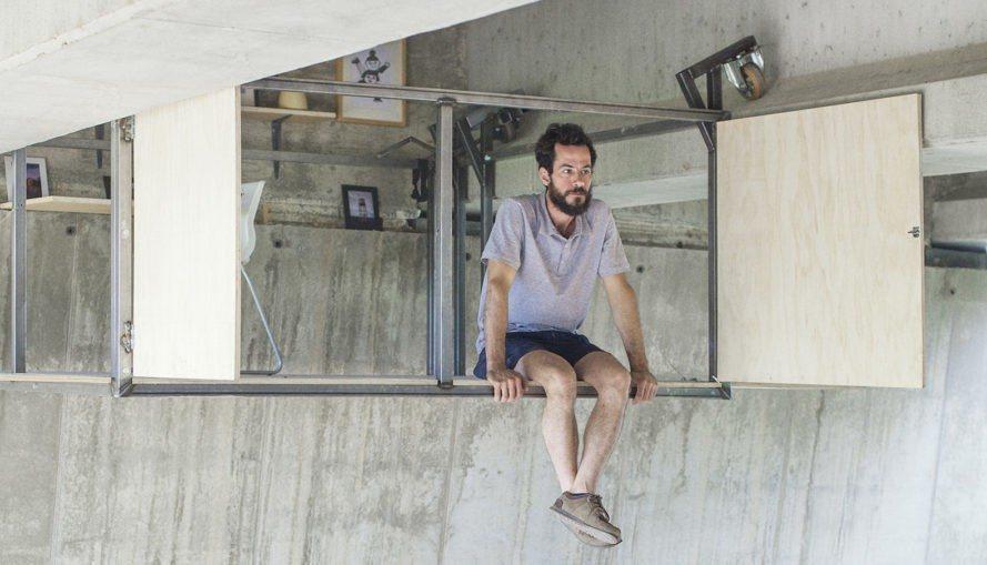 O Aμπελάνας κάθεται στο εναέριο γραφείο του κάτω από την γέφυρα και ατενίζει την περιοχή