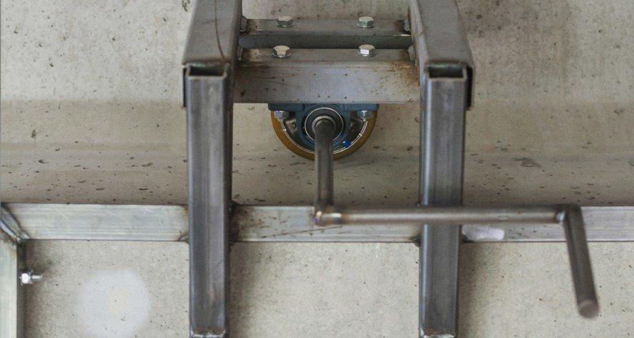 Ενας χειροκίνητος μηχανισμός με μανιβέλα μετακινεί το γραφείο από την μια πλευρά της γέφυρας στην άλλη