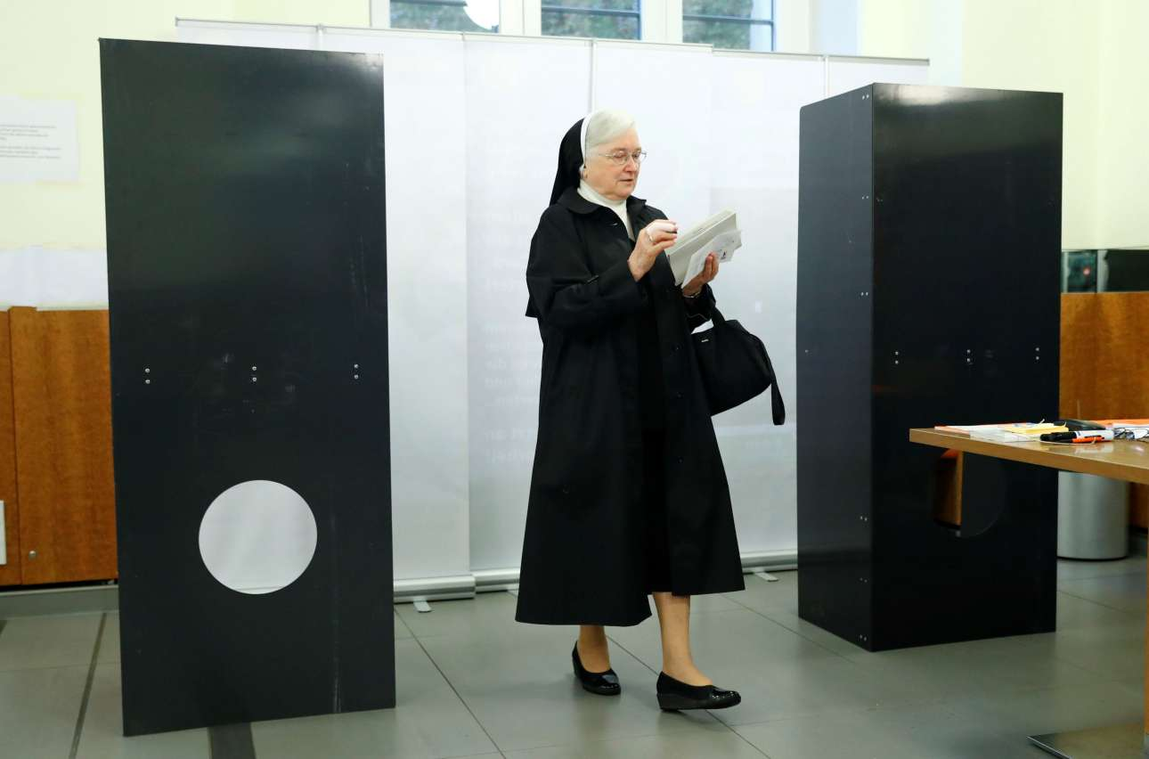 Και η μοναχή στην κάλπη! Στιγμιότυπο από εκλογικό κέντρο του Βερολίνου (φωτό: REUTERS/ Fabrizio Bensch)