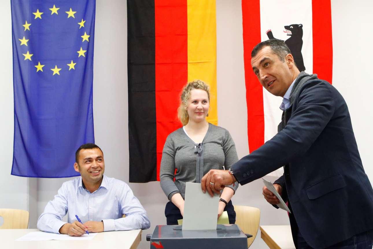 Ο ηγέτης των «Πράσινων» Τζεμ Εζντεμίρ, ψηφίζει σε εκλογικό κέντρο του Βερολίνου (φωτό: REUTERS/ Axel Schmidt)