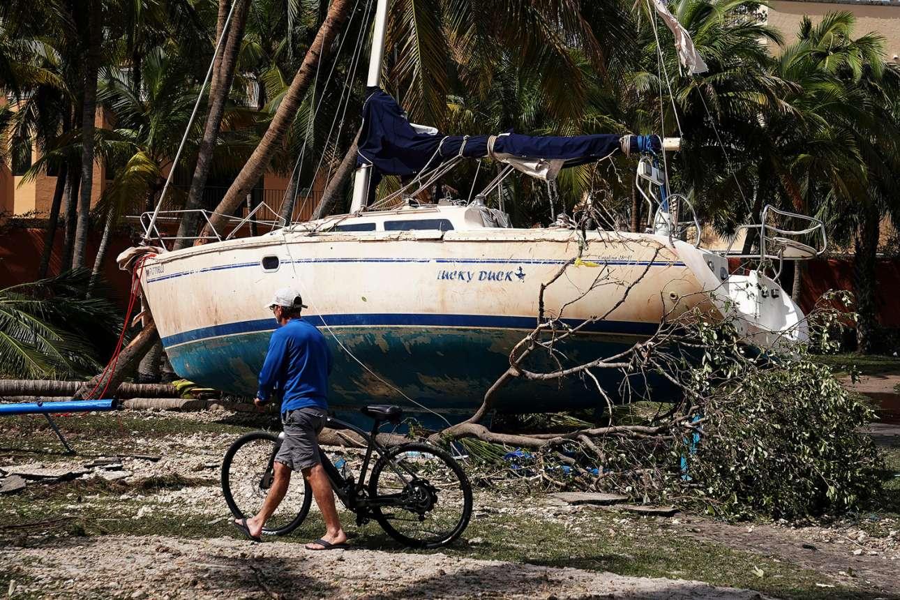 Στο Μαϊάμι, οι βάρκες βγήκαν στην στεριά ενώ οι άνθρωποι περίμεναν το πρώτο φως του ήλιου για να κάνουν την πρώτη βόλτα στην πόλη μετά το πέρασμα της Ιρμα