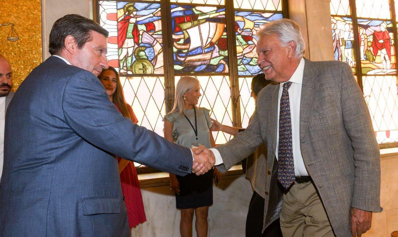 Ο Γιώργος Καμίνης υποδέχεται τον Φελίπε Γκονζάλες στο Δημαρχιακό Μέγαρο της Αθήνας (INTINEnews)
