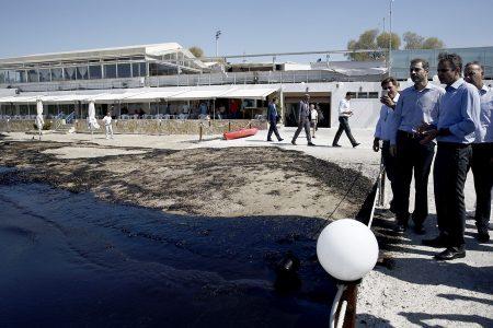 Ο πρόεδρος της Νέας Δημοκρατίας Κυριάκος Μητσοτάκης επισκέπτεται τις περιοχές του Πειραιά που επλήγησαν από την οικολογική καταστροφή στο Σαρωνικό, Πέμπτη 14 Σεπτεμβρίου 2017. ΑΠΕ-ΜΠΕ / ΑΠΕ-ΜΠΕ / ΑΛΕΞΑΝΔΡΟΣ ΒΛΑΧΟΣ