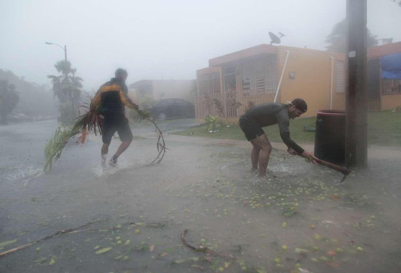 Κάτοικοι του Φαγιάρδο στο Πουέρτο Ρίκο προσπαθούν μέσα στον τυφώνα να μαζέψουν κλαδιά από τα πεσμένα δένδρα...