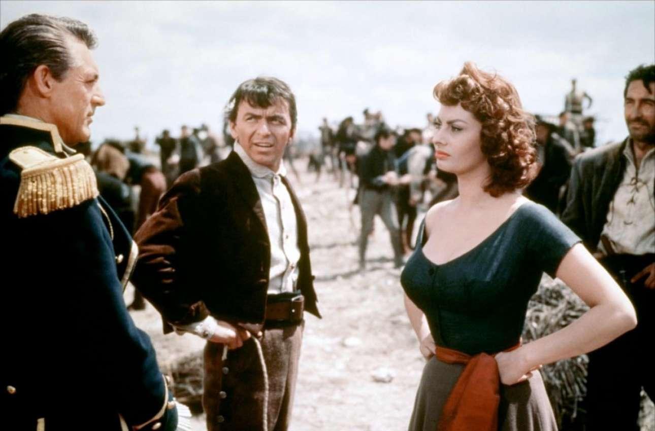 Με τον Κάρι Γκραντ (αριστερά) και τον Φρανκ Σινάτρα στη ρομαντική περιπέτεια «Υπερηφάνεια και πάθος» (1957)