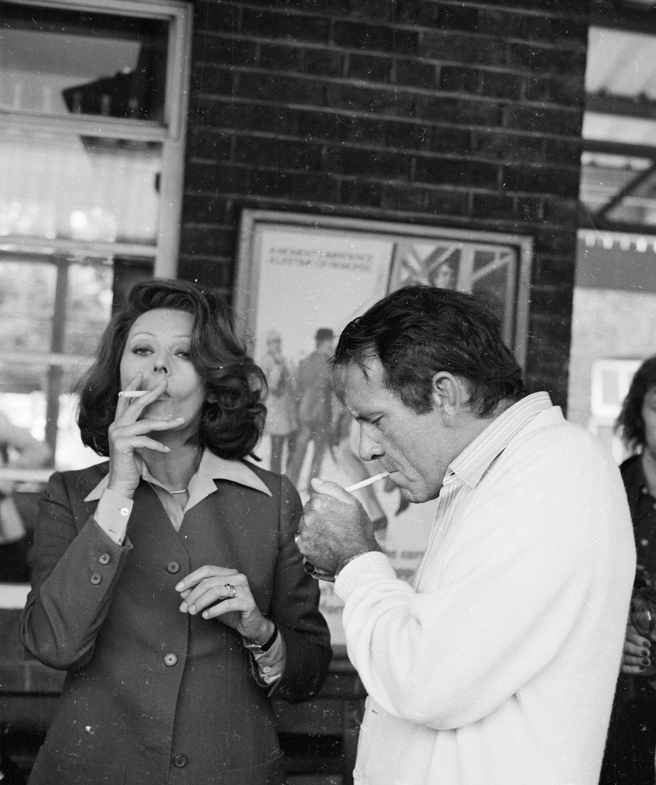 Ιανουάριος 1974. Η Λόρεν με τον Ρίτσαρντ Μπάρτον στα γυρίσματα της τηλεταινίας «Σύντομη Σχέση». Είναι η τηλεοπτική μεταφορά του θεατρικού «Brief Encounter» του Νόελ Κάουαρντ