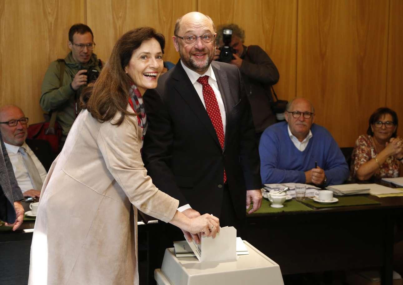Ο Μάρτιν Σουλτς ψηφίζει με την σύζυγό του Ινγκε, σε εκλογικό κέντρο του Βιερζέλεν. Τα προγνωστικά μάλλον του έχουν «παγώσει» το χαμόγελο... (φωτό: REUTERS/ Francois Lenoir)