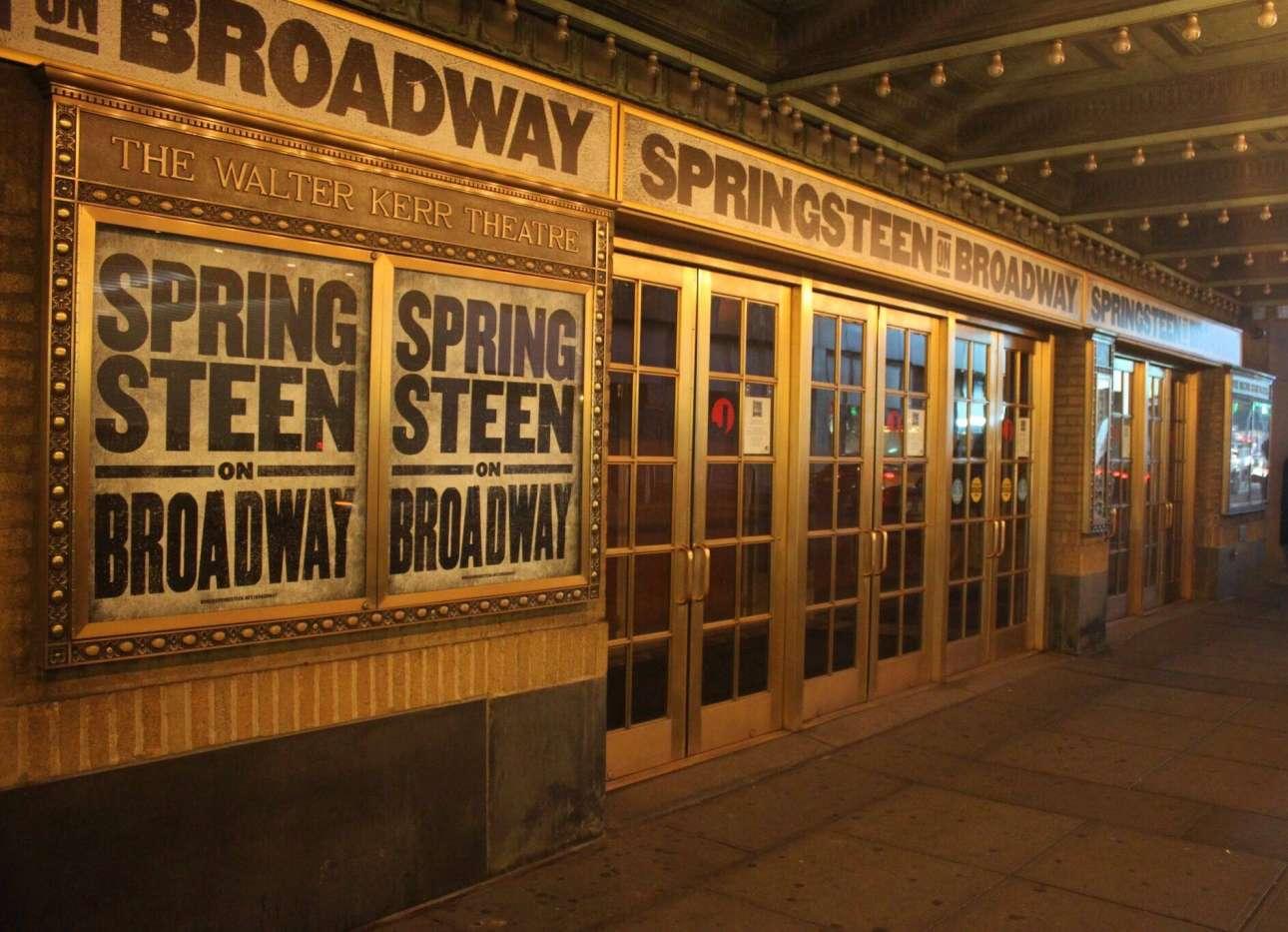 Η είσοδος του θεάτρου στο Μπρόντγουεϊ που θ φιλοξενήσει τον Μπρους Σπρίνγκστιν
